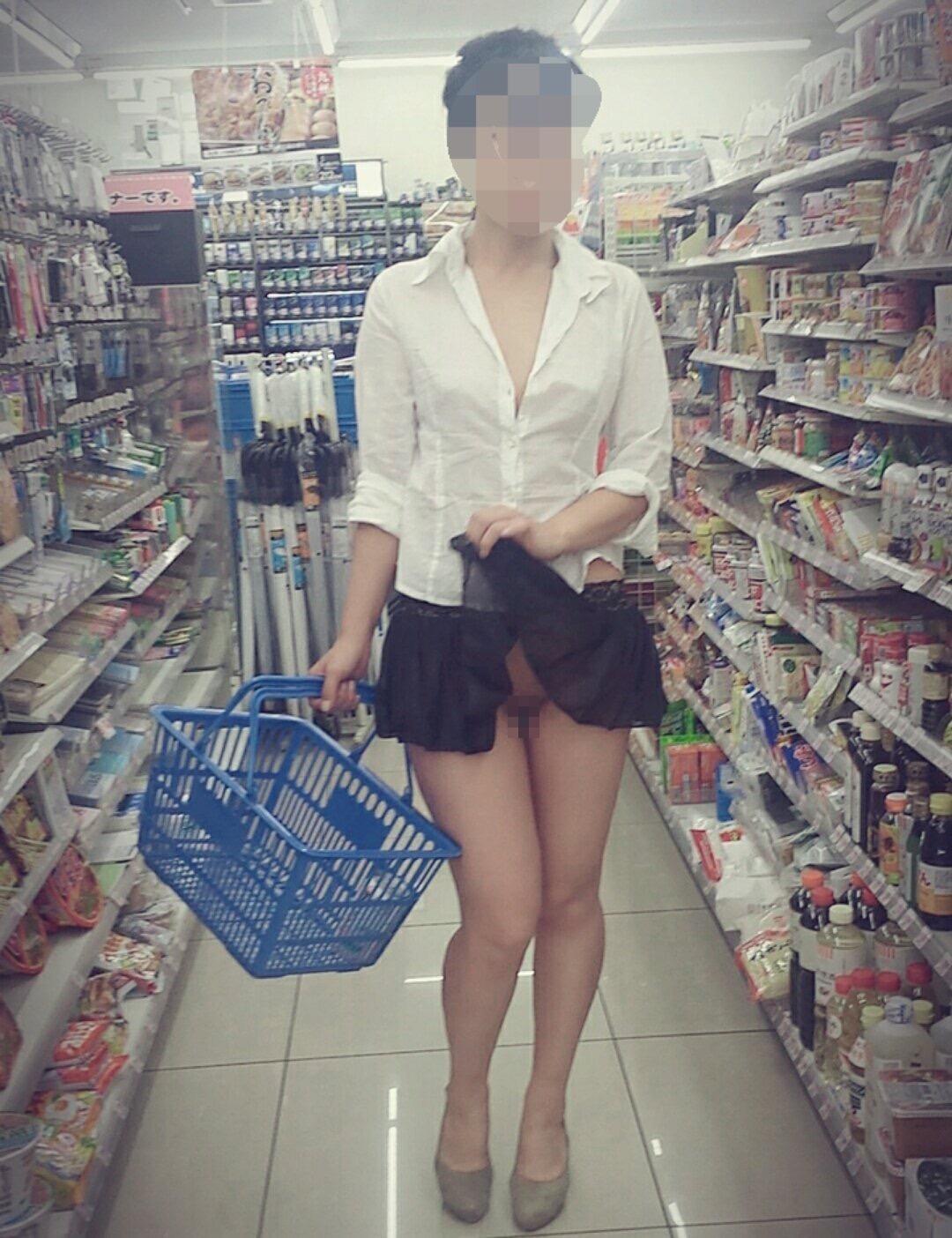 ノーパンで買い物に行ってオマンコを露出!