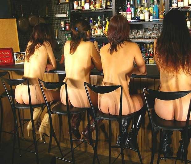 バーで美女達が全裸で椅子に座ってる!
