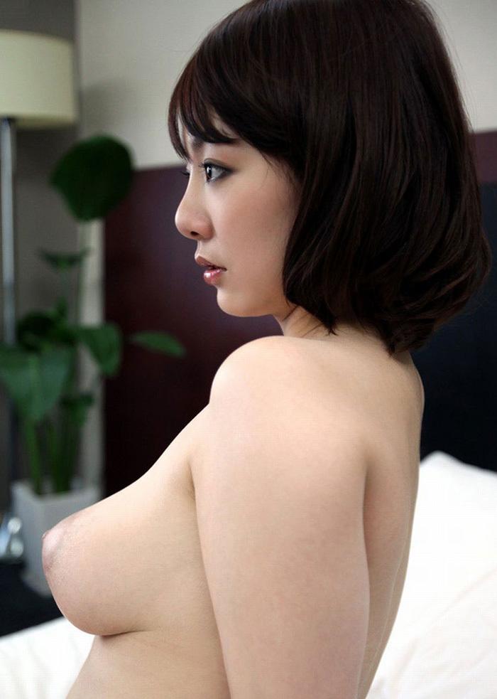 ショートカット美女の巨乳を横から見る!