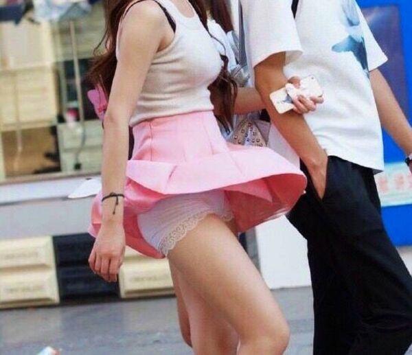 彼氏とデート中に風チラでパンツがモロ見え!