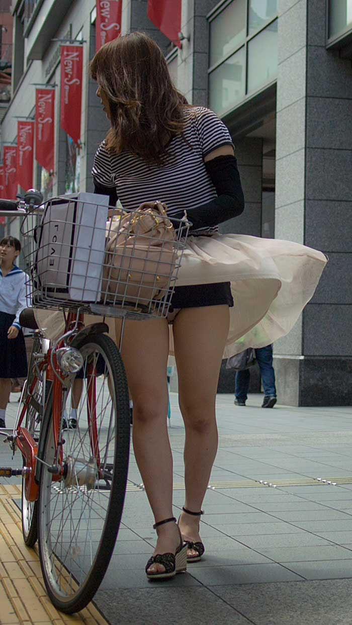 自転車を押しながらパンツらチラッと見えた!