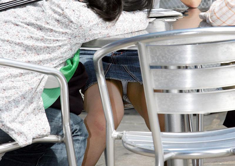 テラス席でミニスカ女性の下着を隠し撮り!