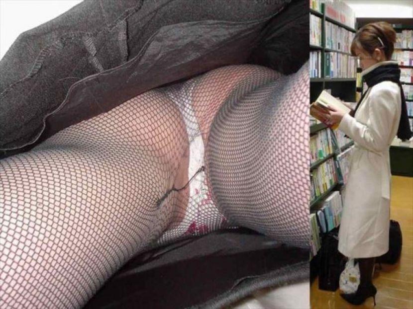 本屋で立ち読みする美女を逆さ撮り!