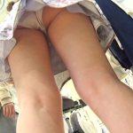 【逆さ撮り盗撮エロ画像】女性の履いてるパンツを足元から撮影して見放題…食い込み具合をチェック!