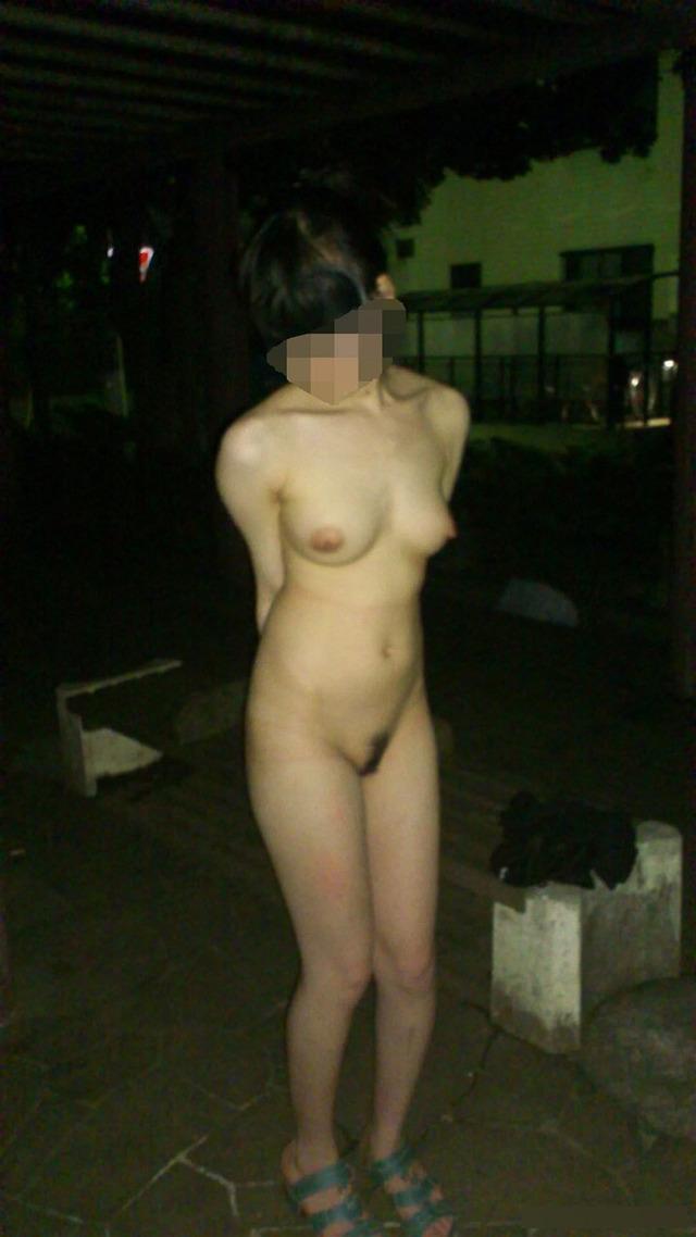 スレンダーな巨乳女性が夜中に野外露出!