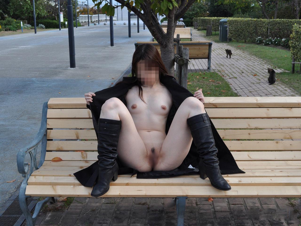 色白美女が公園のベンチで露出しまくり!