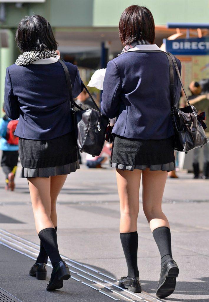綺麗な足をさらけ出してる女子校生を街撮り!