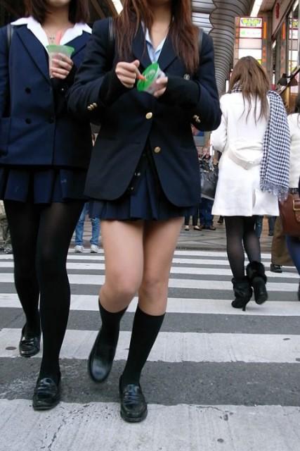 JKのスカートから伸びる美脚に惚れるね!