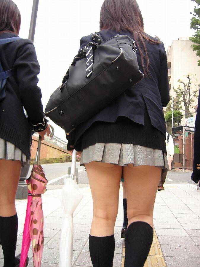 女子校生の太ももの裏側を接写撮影してる!