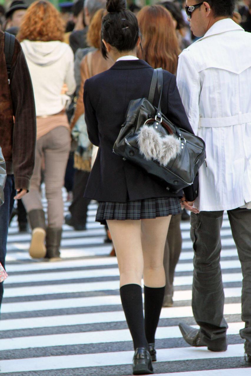 綺麗な膝裏した制服女子校生を街撮りした!