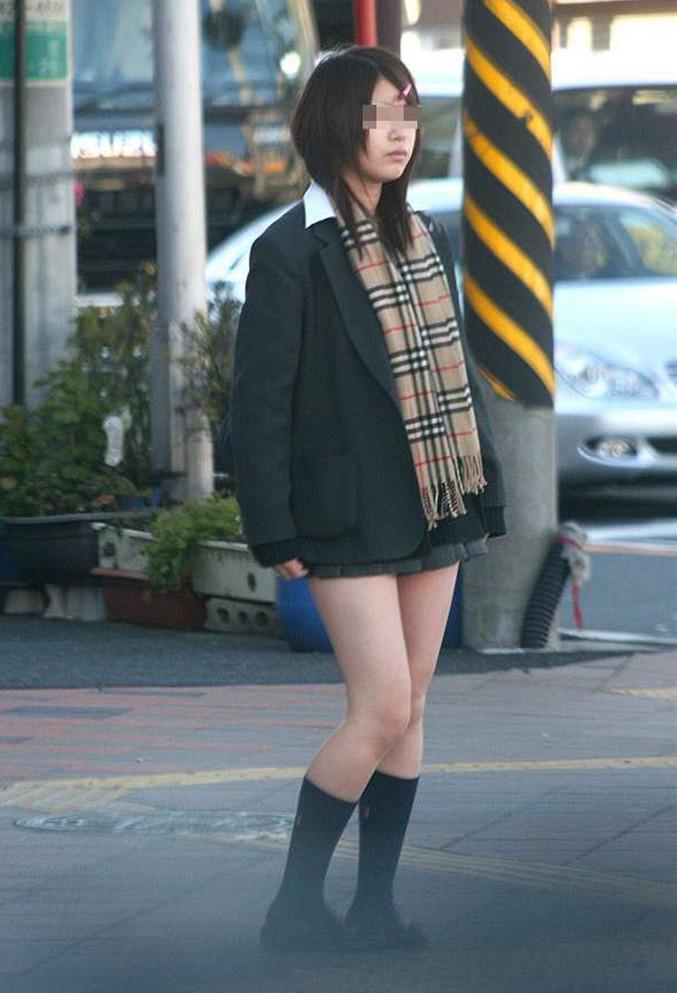街で可愛い女子校生の美脚をじっくり観察!