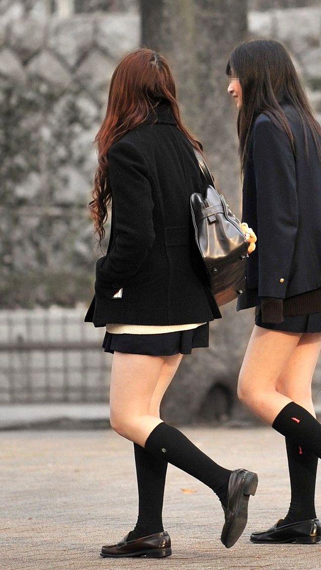 スタイル良い美人女子校生の生足に興奮!
