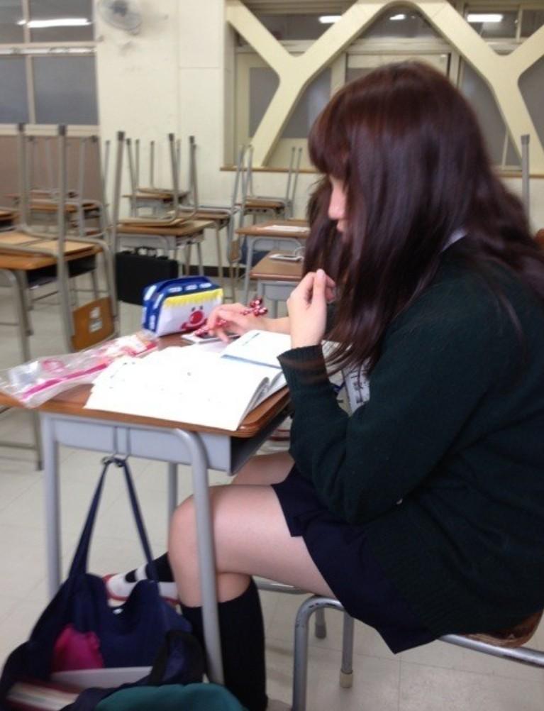 女子校生が教室で同級生を盗撮した!