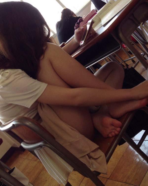 JKが同級生のエロ足を接写撮り!
