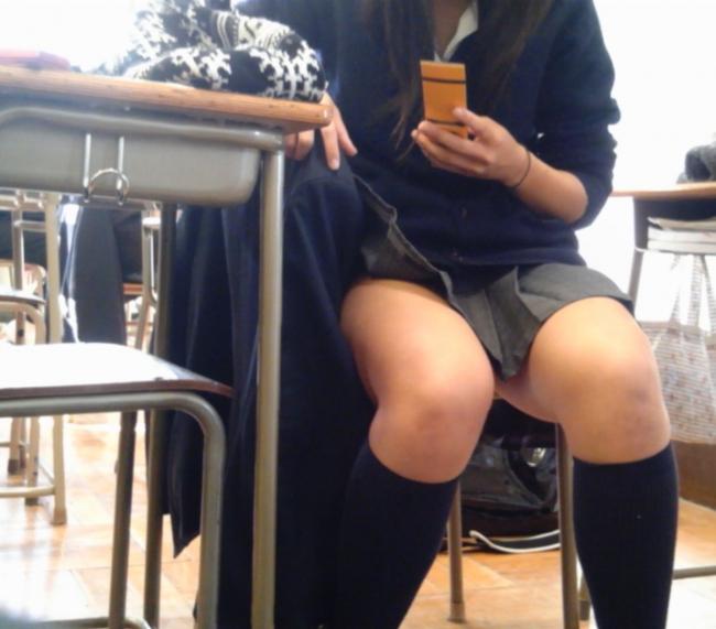 女子校生が教室で同級生をエロ目線で盗撮!
