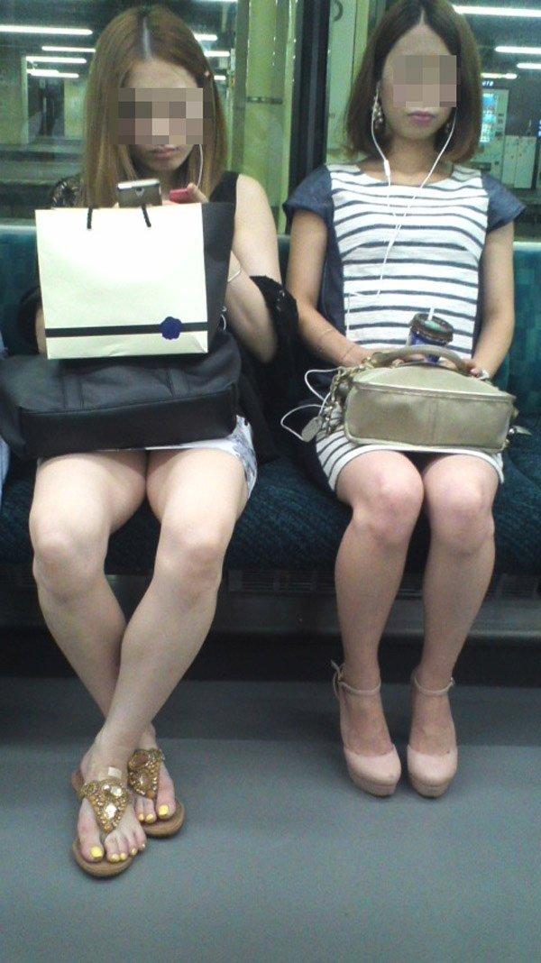 二人の美人女性の下半身を同時に隠し撮り!