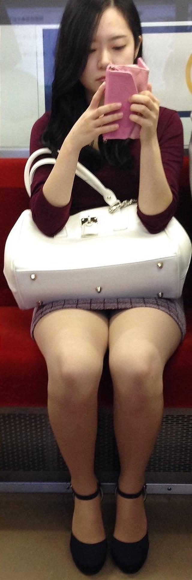 ロングヘアの清楚な女性の美脚を盗撮!