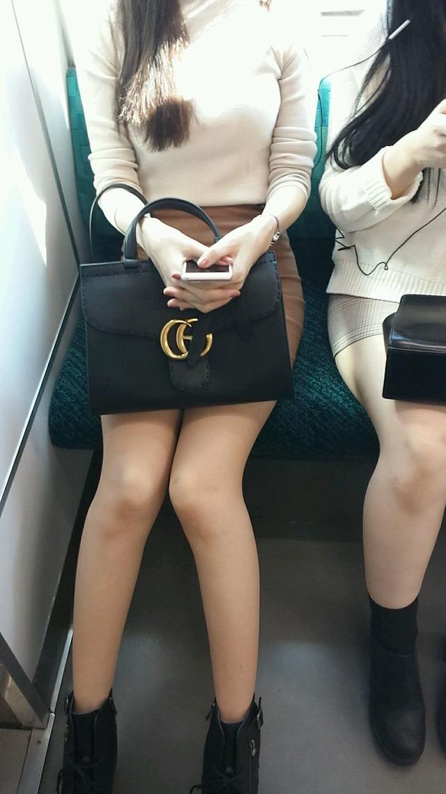 スタイル抜群のお姉さんの美脚が素敵だな!