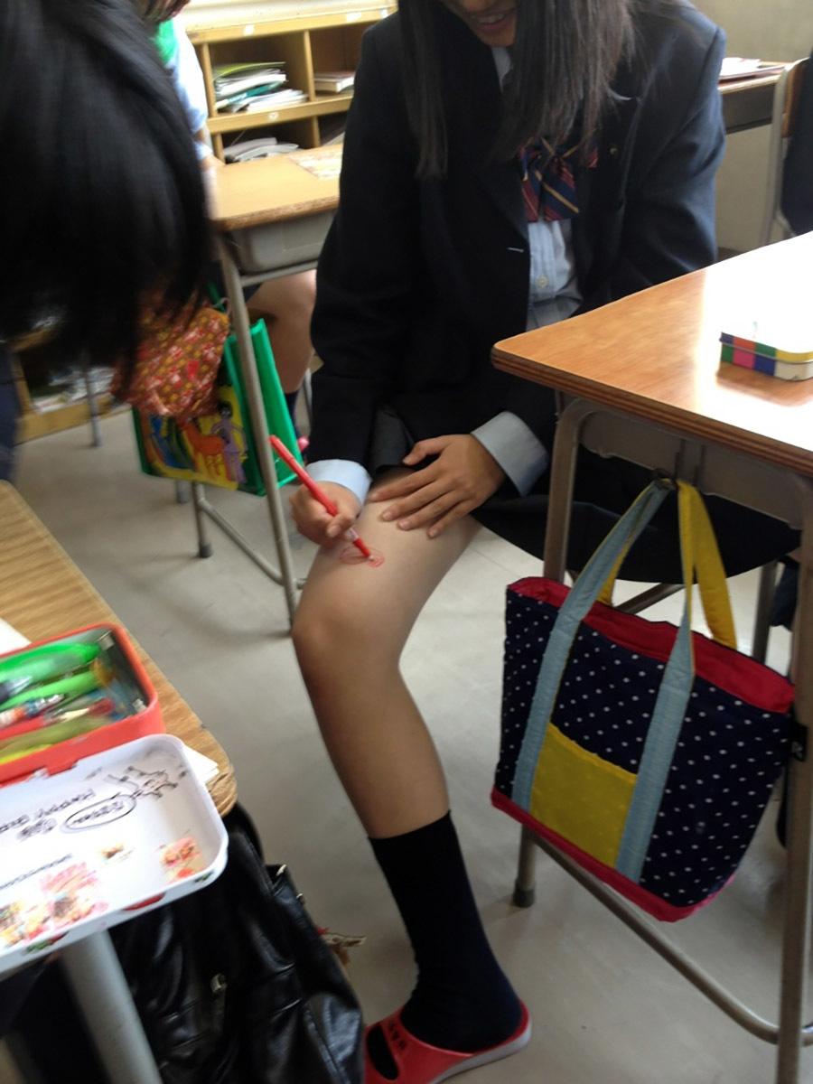 自分の足に落書きしようとする女子校生!