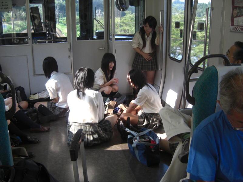 電車の中で寛ぎすぎる女子校生の集団!