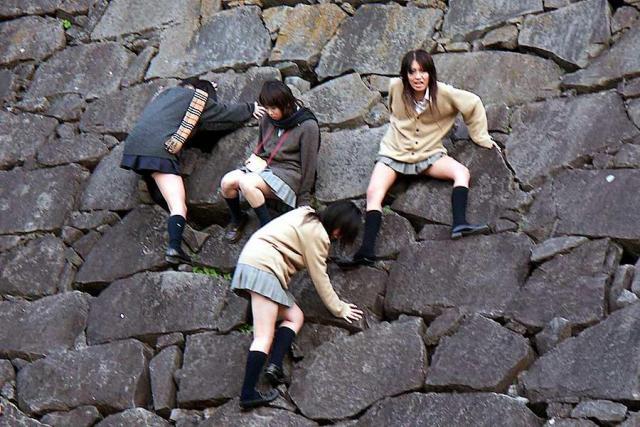 ふざけて石垣にのぼってる女子校生たち!