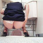 【トイレ盗撮エロ画像】女性がお尻丸出しでオシッコしてる姿を隠し撮り…卑猥さが際立って堪らんね!