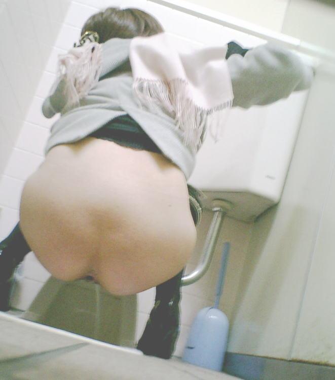 キレイなお尻の女性の放尿を隠し撮り!