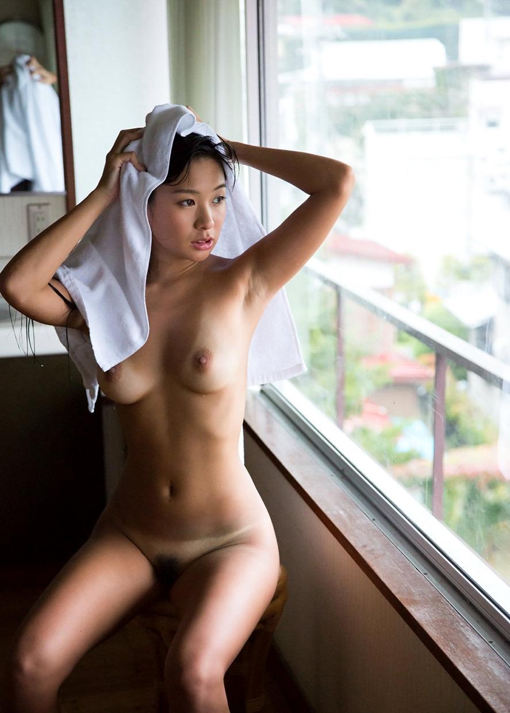 お風呂上りで色っぽい日焼け美女!