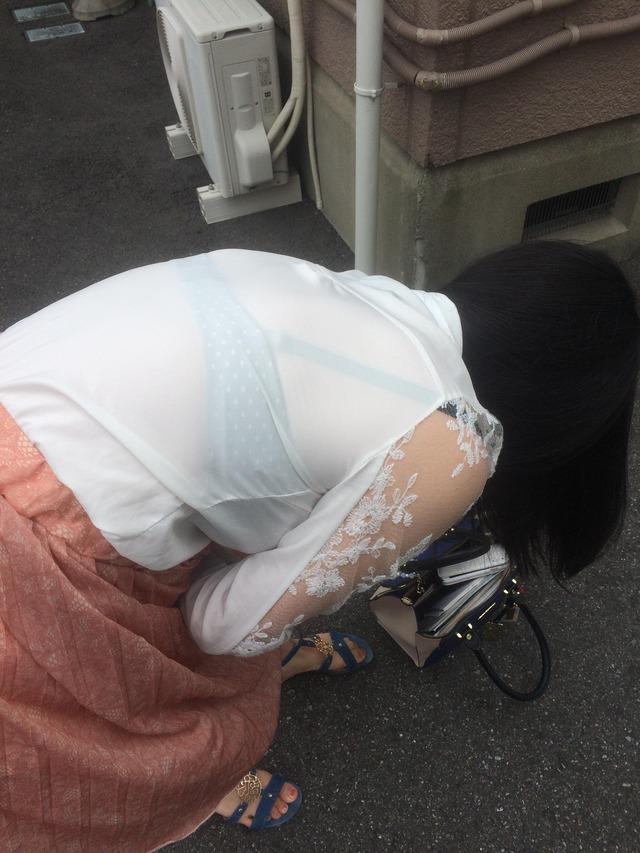 シースルー衣装で下着が透けまくり!
