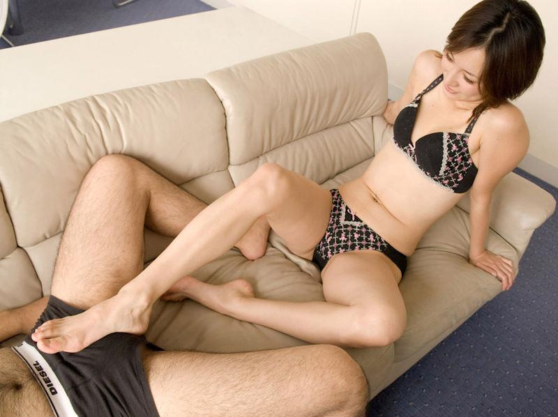 下着姿で足コキしてるセクシーな美女!