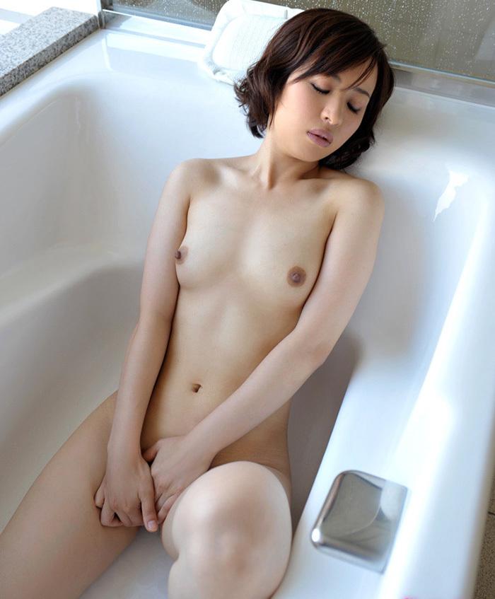 ショートカット美女が浴槽に入ってる!
