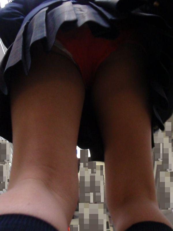 女子校生の足元から赤色パンツを覗く!