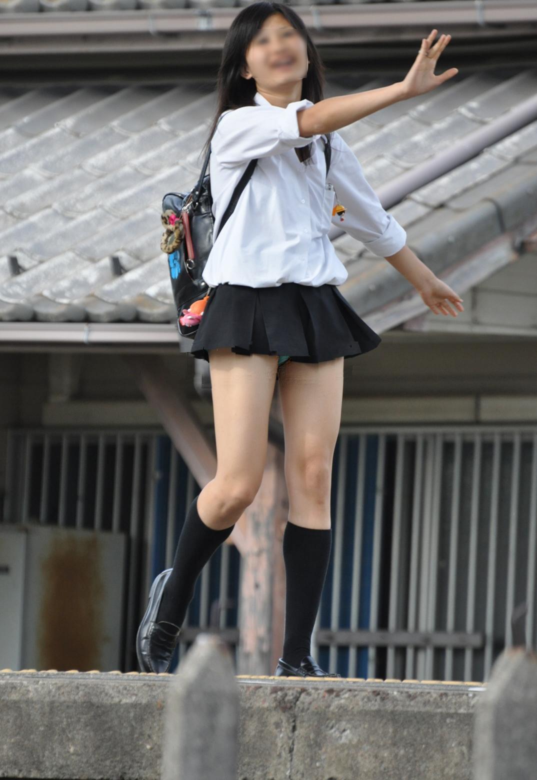 チラッと見えて興奮する女子校生のパンチラ!