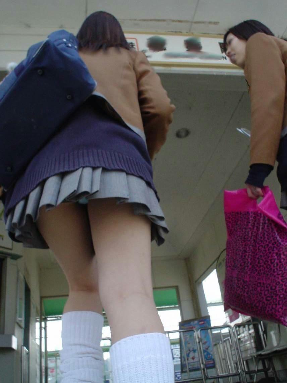 JKのスカート内から少し見えるパンティ!
