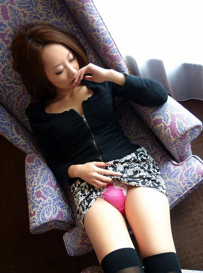 激カワ女性がピンク下着を見せて誘惑!