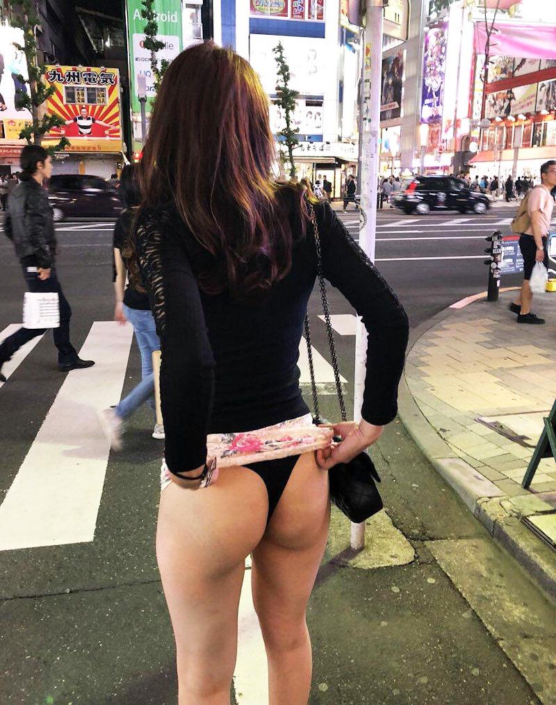 街中でTバックを公開する美尻お姉さん!