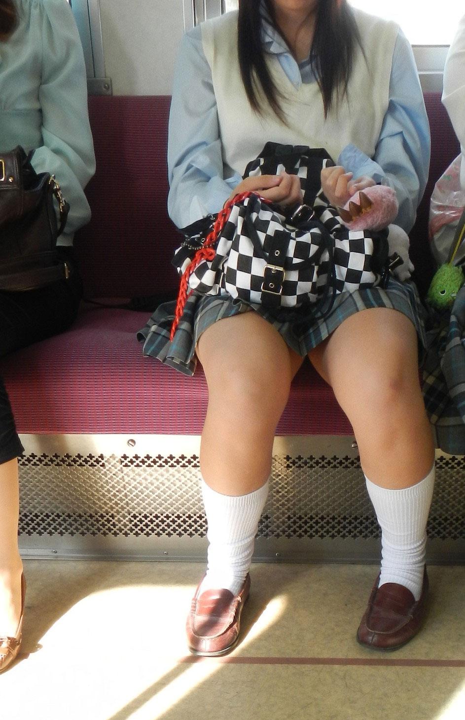 電車内で太ももがムッチリしたJKを発見!