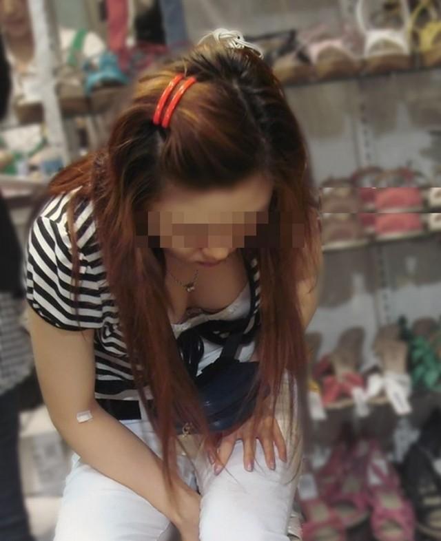 靴屋さんで胸チラしてる女性を隠し撮り!