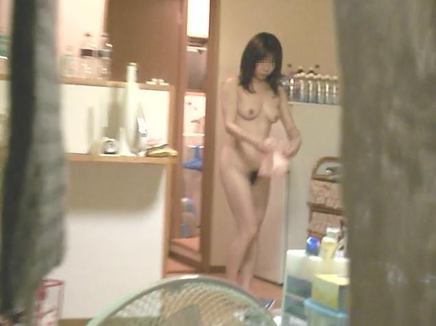スレンダー美女が全裸でウロウロしてる!