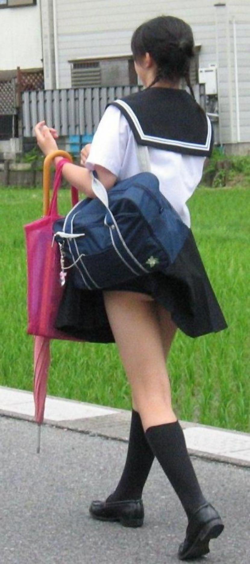 鞄にスカート引っ掛かりパンチラ女子校生!