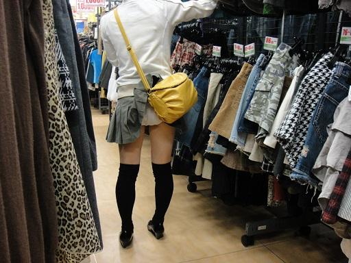 鞄でスカート捲れてモロパンチラしてる!
