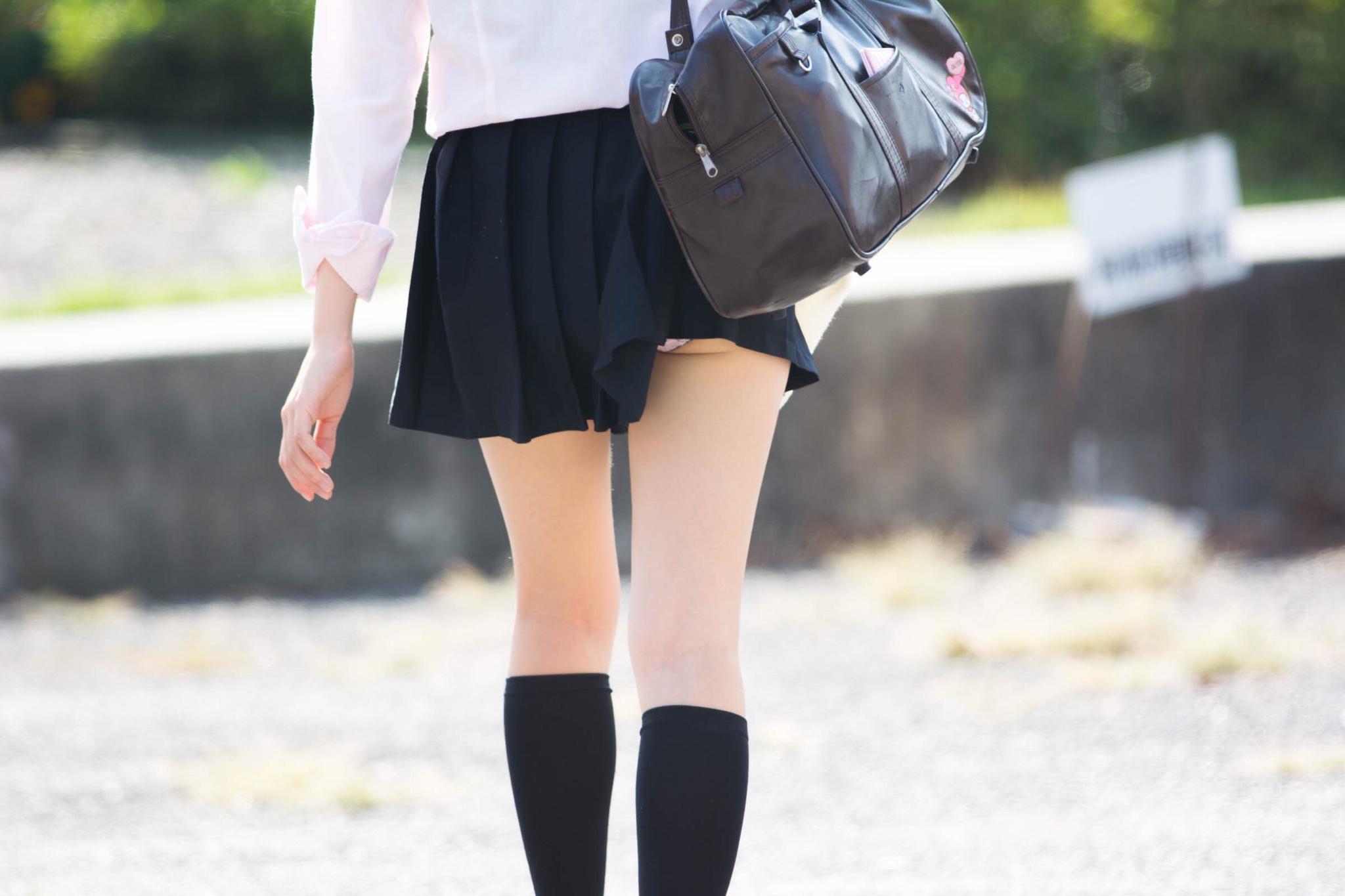 色白美脚の女子校生の下着を隠し撮り!