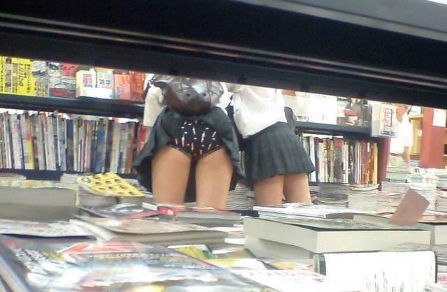 パンツモロ見えの女子校生を背後から盗撮してる!