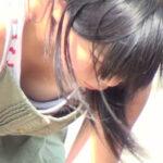 【胸チラ盗撮エロ画像】女の子のドキッとする胸元を隠し撮り…ドスケベな谷間を男は凝視する!
