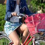 【自転車パンチラ盗撮エロ画像】ミニスカ素人娘のパンティーがずっと丸見え状態になっている!