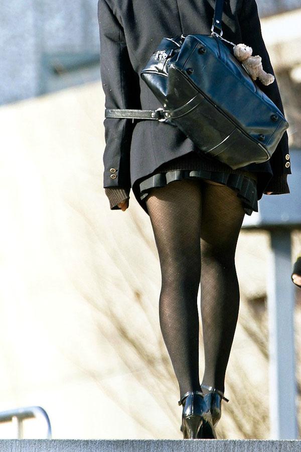 ドスケベな黒ストッキングを履いてるJK!