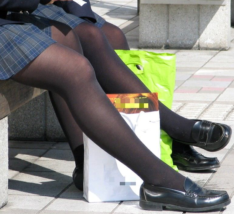 黒パンストで包まれた女子校生の美脚!