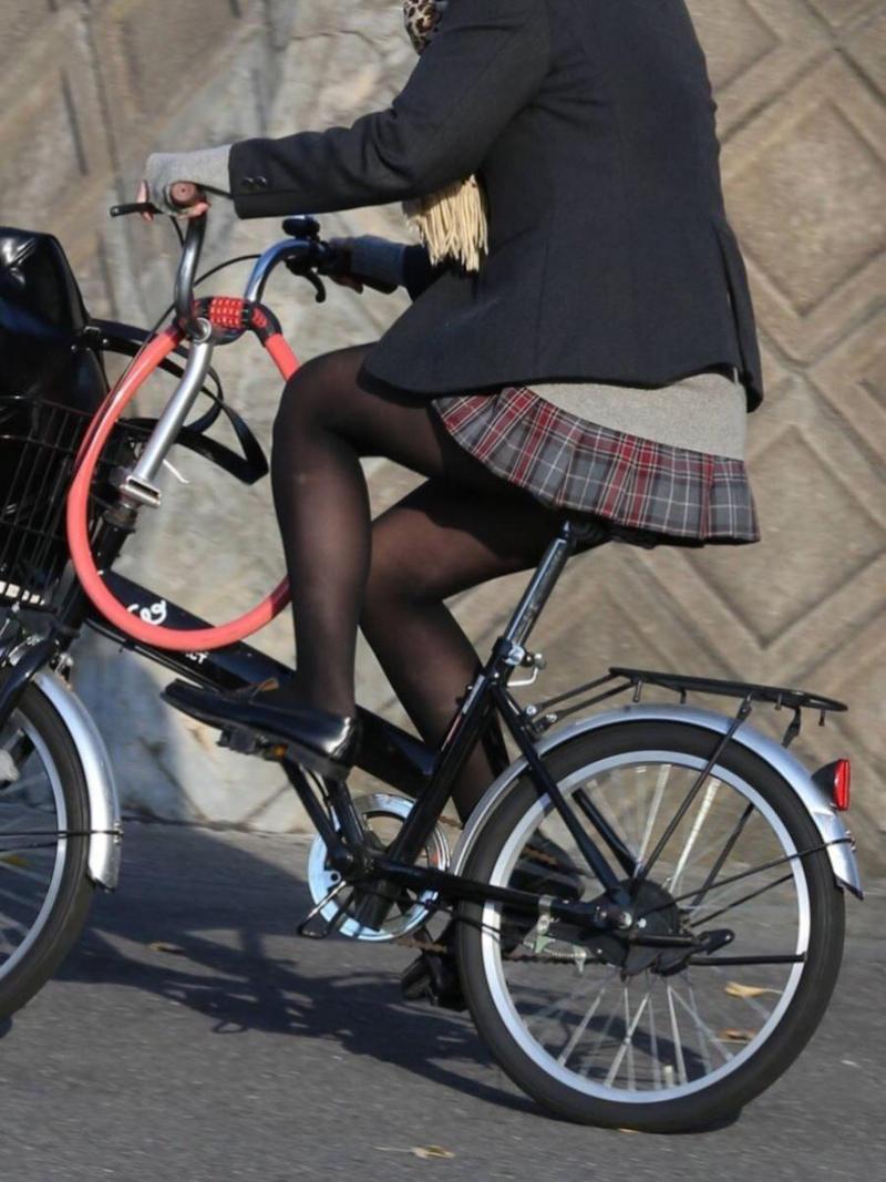 自転車に乗ってる黒パンスト女子校生!