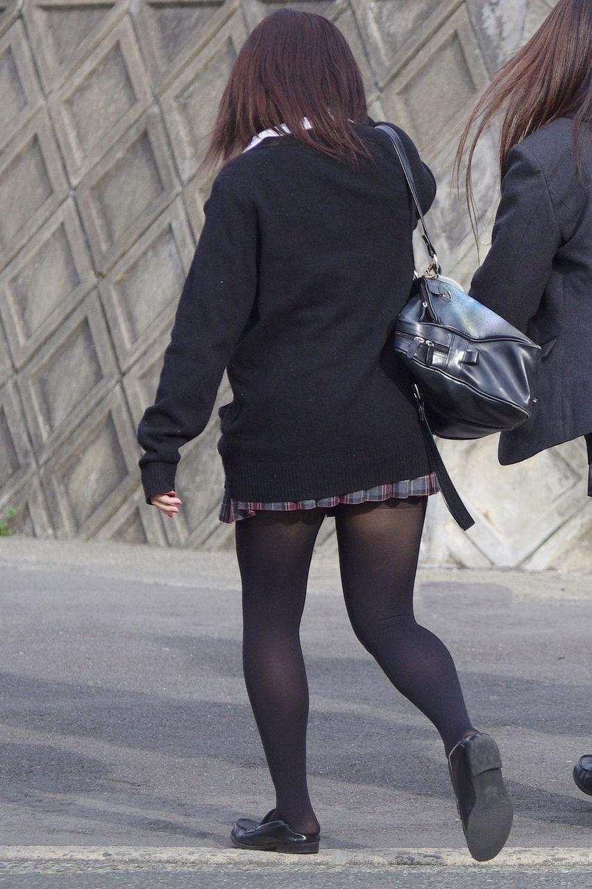 黒パンストが美脚を艶めかしく引き立てる!