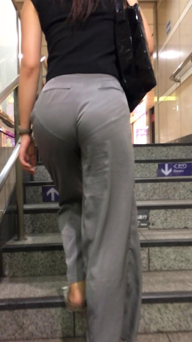 パンツの食い込みとラインがクッキリ!